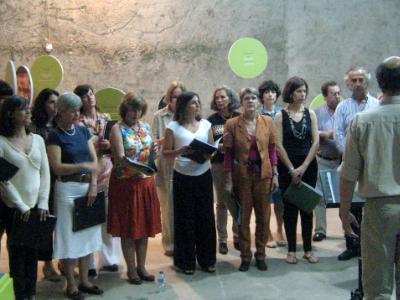 Ardecoro singing at exhibition