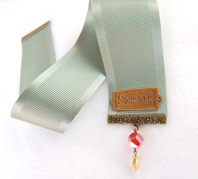 """secrets"" bookmark micro-ribbed textile"